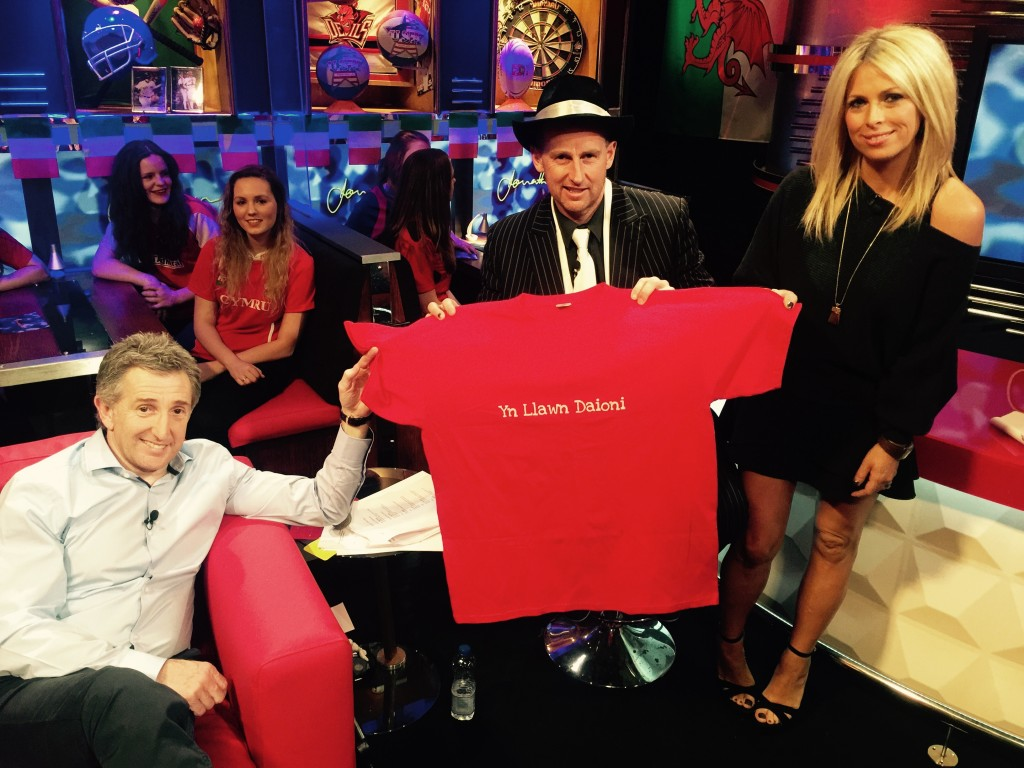 The campaign received support from the presenters of S4C's rugby chat show, Jonathan (Jonathan Davies, Nigel Owens and Sarra Elgan).